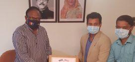 হাইজেনিয়ার হালাল মাস্ক বাণিজ্যমন্ত্রী টিপু মুনশি'র কাছে হস্তান্তর